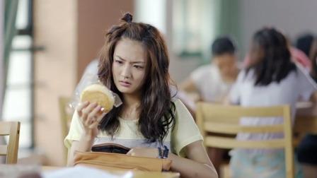 是吃货无疑了,别人图书馆抢座位是为了学习,她竟然是为了吃面包