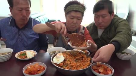 《韩国农村美食》村里人的午餐吃什么呢?一大盆的拌面配泡菜,感觉味道不错