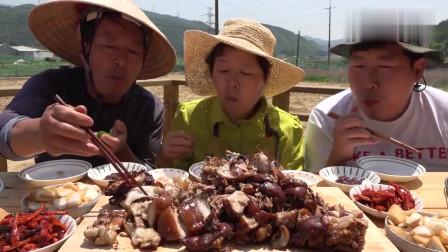 《韩国农村美食》小伙和父母在地头吃酱猪蹄,小伙大口开吃,真香