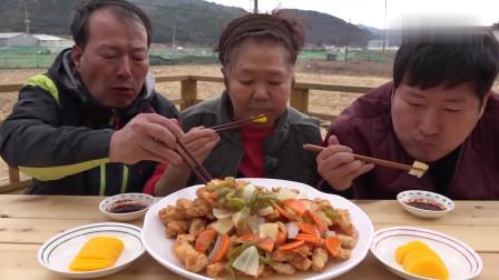 《韩国农村美食》村里人的午饭,一家人围在一起吃炒菜,这感觉太舒服了