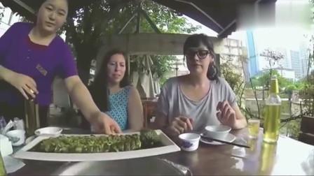 老外在中国:吃货老外带朋友品尝中国小龙虾,饭后炸春卷,感叹中国人享受生活
