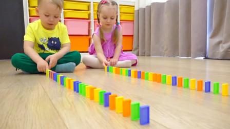 萌娃小可爱们玩多米诺骨牌玩的好开心呀!两个小家伙真是萌萌哒!