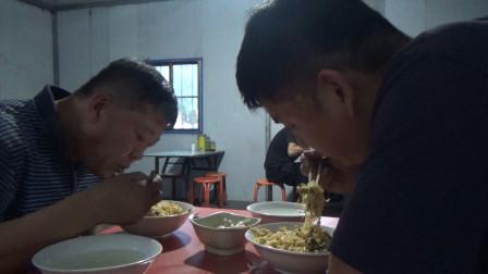 大货司机在山西襄垣吃晚饭,2人24元吃炒面,加6个鸡蛋,吃完装货