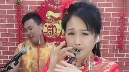 多才多艺夫妻表演《抬花轿》,这唢呐吹的也是欢快喜悦!