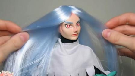 为芭比娃娃重铸容颜化妆打扮后,又给它粘了一头飘逸秀发