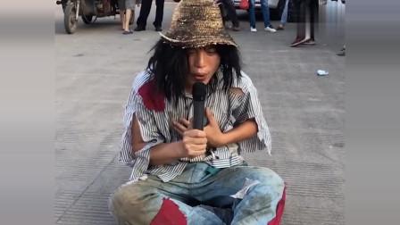 街头碰到的乞丐歌手,这首歌太感人了,美女被感动不禁送上礼物