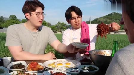 《韩国农村美食》小伙在山里吃泡面,配上半熟的煎蛋,真是向往的生活!