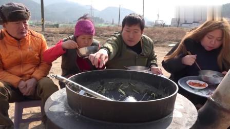 《韩国农村美食》普通人家吃饭,一人端着一碗面条,一家四口饭量都大