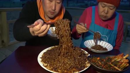 韩国乡下吃货小伙,和妈妈一起吃炸酱面,旁边的泡菜我觉得更美味