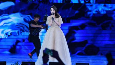 闫妮穿长裙唱《月亮代表我的心》,美的不可方物,这是佟掌柜吗?