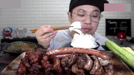 韩国吃货小哥,吃烤排骨、烤香肠,米饭,吃起来太过瘾了