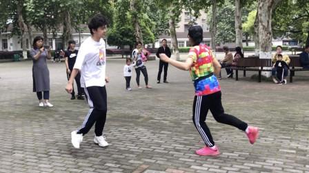 点击观看《鬼步舞斗舞视频 公园小伙PK老大妈各种曳步舞》