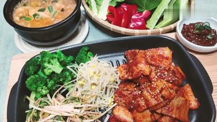 《韩国农村美食》韩国大妈做火辣里脊肉,再煎一煎,一家人会吃得很过瘾