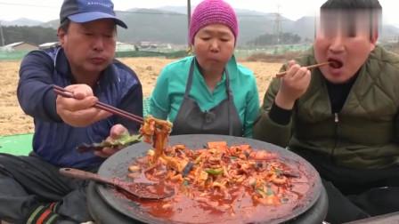 《韩国农村美食》用大铁锅炖菜吃,妈妈厨艺真不错,看着就有食欲!