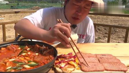 《韩国农村美食》小伙子一人吃一大盆,不停地吧唧嘴,真香!