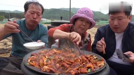 《韩国农村美食》一大锅鱿鱼和五花肉,一家三口停不下筷子