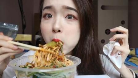 吃货哎呦阿尤吃陕西凉面,拌着辣酱就往嘴里塞,又香又辣真过瘾!