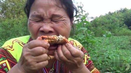 农村大妈在泥地中抓到了好几只巨钳大货,直接在河边煮着吃,真香