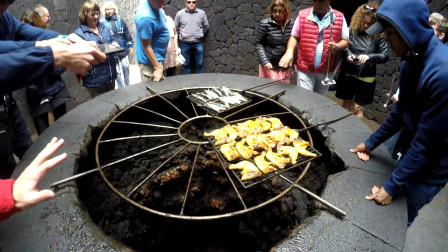 """全世界最没""""尊严""""火山,不但沦落为吃货的烧烤炉子,还被游客把玩!"""