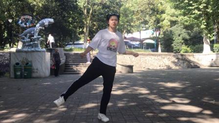鬼步舞怎么跳 18岁帅小伙一踩一滑能飘起来曳步舞