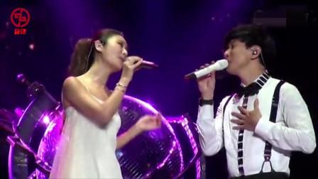 林俊杰和林心如甜蜜合唱一首情歌,主动拉手,粉丝在台下沸腾了