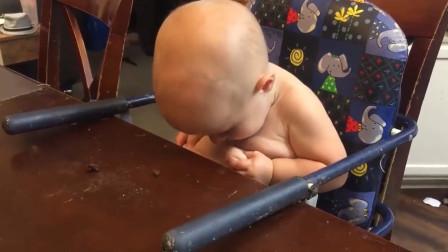 宝宝突然发现肚子上有赘肉,气得大哭起来,接下来的一幕太逗了!