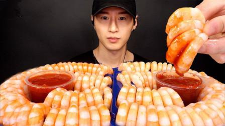 小哥8分钟内挑战110只大虾,看完全程,网友:果然是吃货