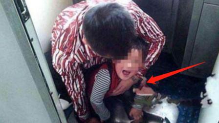 男子抱5岁女孩上厕所,2小时都不见出来,乘务员强制开门后泪奔
