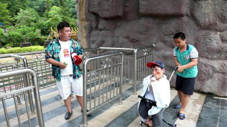 一米高小伙为免费进景区、多次假扮未成年儿童、看一次笑一次