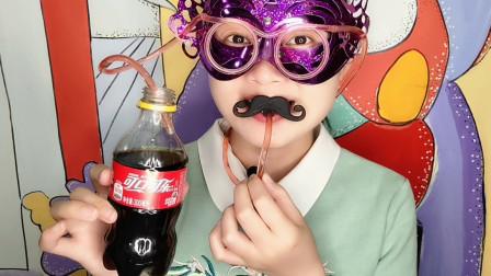 """妹子吃""""眼镜吸管果冻"""",眼镜里藏Q软果冻,喝口可乐更爽口"""