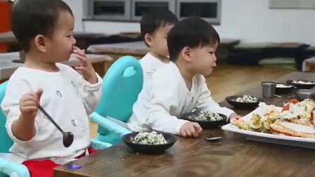 宋民国吃炒饭开心到唱起歌来,网友:小奶音好可爱