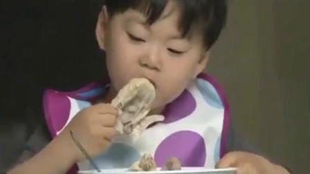 超人回来了:三胞胎一人一只鸡,爸爸只有一碗菜,这对比也太大了!