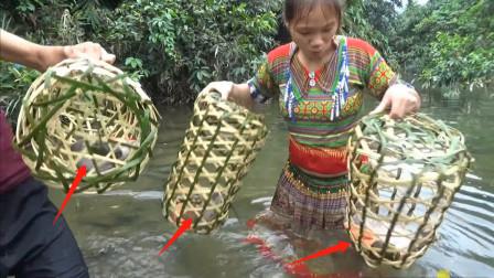 农村兄妹编竹笼放在河沟里,抓了啥野货,烤熟吃,越吃越想吃