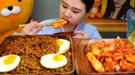 美食吃播:大胃王卡妹吃荷包蛋泡面,加超辣泡菜,吃的爽!