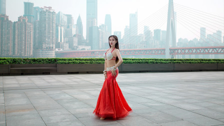 中国东方舞视频大全 重庆大剧院小姐姐一袭红衣跳舞