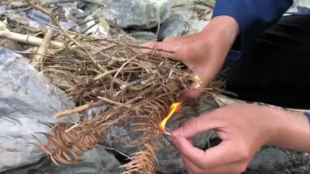 农村小伙这样也能抓到螃蟹,做美食来吃