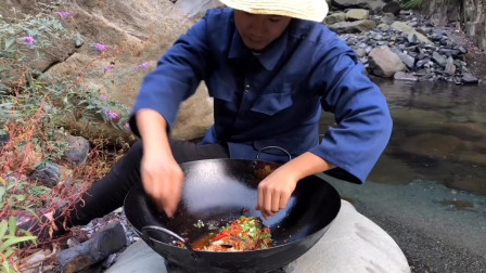 农村这小伙真是一个吃货,又去河边煮鱼吃