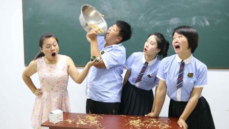老师请同学们吃面条,谁吃得多奖励谁粽子,没想学生直接对盆吃