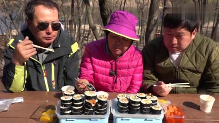 《韩国农村美食》大叔一家人去野餐,吃着寿司和泡菜,老香了