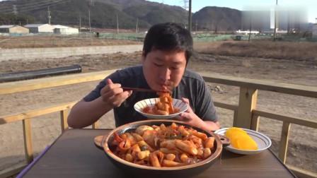 《韩国农村美食》小伙独享午餐,趁着爸妈不在家,大口大口吃炒年糕!