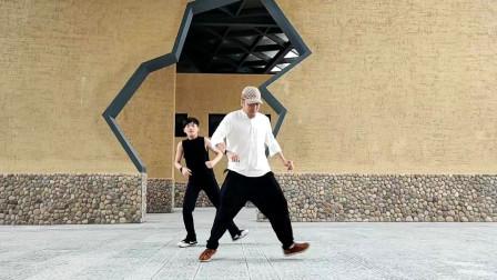 点击观看《2段鬼步舞视频 麦芽的老公和儿子彪舞》