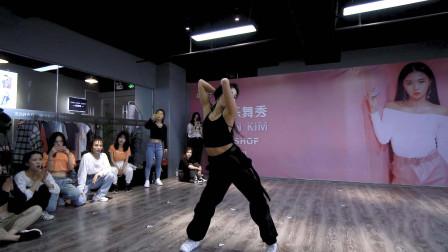 MV中张艺兴怀里的魅力女神,演绎致命性感舞蹈