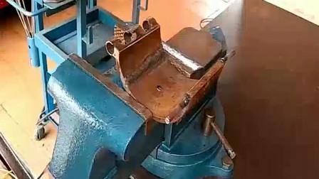 工人发明的新工具,试了一下比台虎钳都好用,这技术一般人学不到