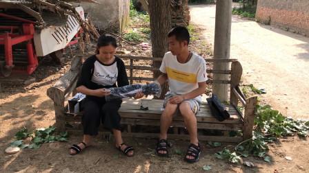 农村媳妇嫌拍摄设备不好用,小伙又给她网购了啥?媳妇很高兴