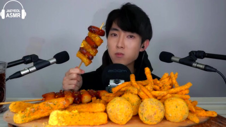 韩国美食小哥,吃奶酪、 芝士棒、年糕和薯条,听声音都听饿了