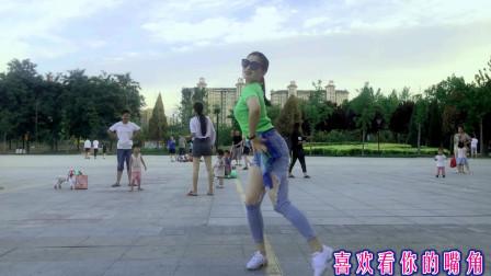 点击观看《广场鬼步舞你笑起来真好看 青青世界舞蹈视频》