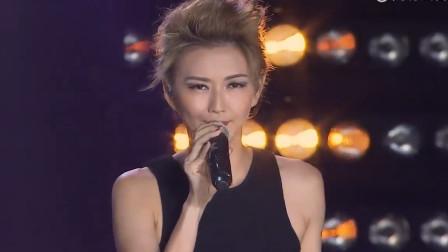 她曾是红遍亚洲的歌坛天后,音乐天赋过人,如今却很少见到了