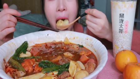 中国吃货妹子吃麻辣烫超值套餐,这么大一碗好想吃点