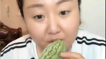 美食:胖姐吃苦瓜,这种新吃法你敢尝试吗?