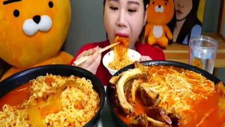 美食:美女吃超大两碗美食,滋溜滋溜吃得可真爽!